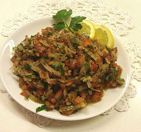 Zwiebeln-Salat mit Petersilie und Tomaten