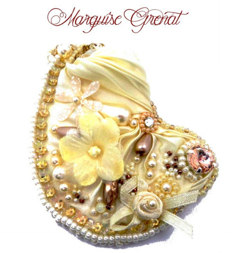 photo-broche-baroque-brodee-soie-shibori-ivoire-cristal-swarovski
