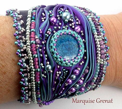 photo-bracelet-manchette-brode-soie-shibori-violette-turquoise-porte-sur-poignet-soie-