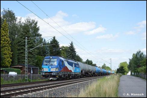 383 009-8 ist mit der tschechischen Nationalflagge beklebt. Am 19. Juli 2021 zieht die Lok einen umgeleiteten Kesselwagenzug durch Grüna gen Zwickau