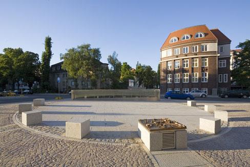Platz über der Gustav-Adolf-Brücke mit ringförmigem LED-Lichtband, Steuerungsbox mit Bronzerlief und dem Durchblick zum Wasser (im Hintergrund).