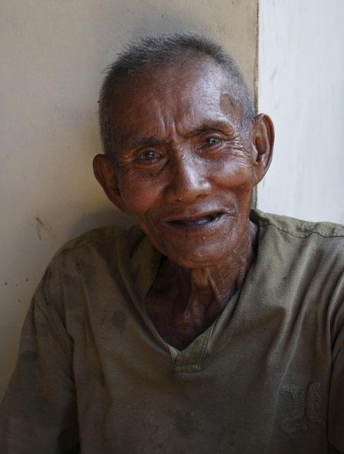 Portrait d'un vieille homme dans sa maison à Bali.