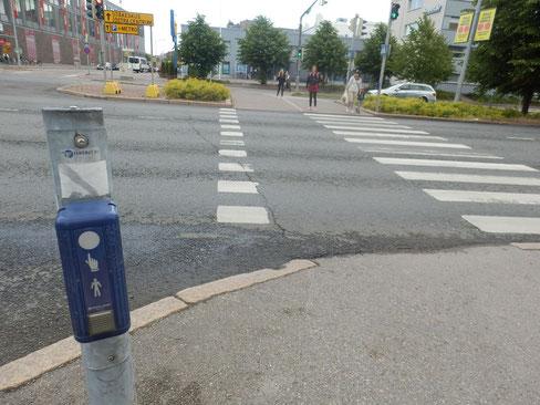 スウェーデンと似てるデザインの横断歩道押ボタン 豪州と同じく視覚障がい者のためにプププという音が出る仕組み。
