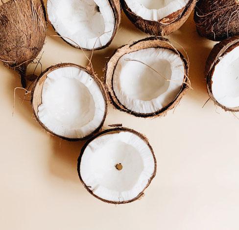 Aufgeschnittene Kokosnüsse