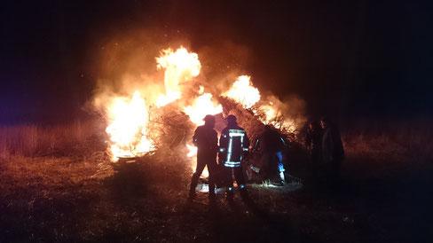 Einheimische und Gäste am Biikefeuer auf Hallig Hooge