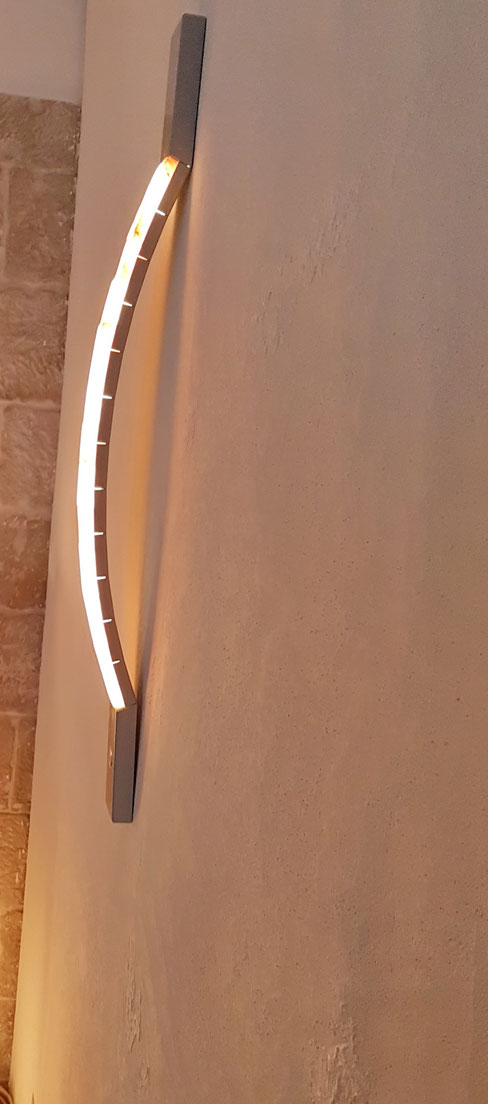 Harmonisch gebogene Leuchte mit Touch-Dimmer