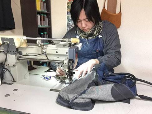 ディーゼルのデニムトート~修理、リメイク。ミシンで底を再縫製しているところです。