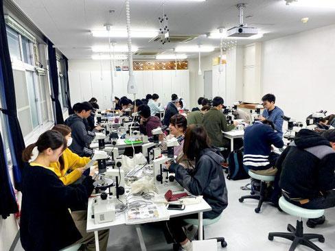 以前担当した顕微鏡を使った実習(地球科学実験IIB)の様子です。