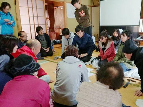以前担当した野外実習での一コマ。地質調査の成果を学生が地域住民の方々に説明しているところです。
