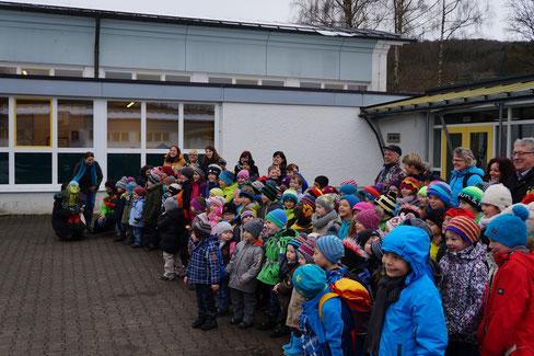 Grundschüler und Kindergartenkinder gemeinsam auf dem Pausenhof.
