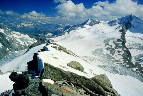 Fels und Schnee am Keeskogel. Rechts der weiße Großvenediger.