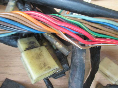 Bei der Reparatur eines Kabelbaums ist es sinnvoll die originalen Kabelfarben beizubehalten.