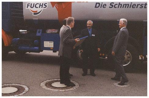 25 Jahre Willi Schüler - Firma FUCHS sagt DANKE! 1999 Dr. Manfred Fuchs (rechts) übergibt persönlich einen Tankwagen Öl als Geschenk zum Jubiläum