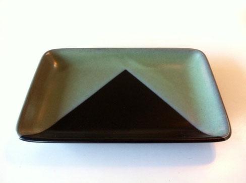柳宗理にインスパイアされちったのか? と、思ってしまう皿です。 柳よかグリーンが薄いけど質感なんかはいい感じです。 モダン過ぎず結構お気に入り!   *安物のノーブランドです。