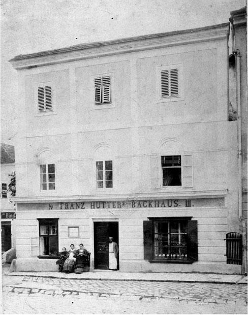 ARCHIVRECHERCHE: Recherche in Literatur und Bilddatenbanken nach historischen Fassaden-           ansichten, welche wichtige Informationen zur Baugeschichte liefern können.