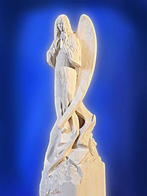 Engels aus Stein wunderschön.Die Handflächen weisen in Höhe der Brust nach vorne, als würden sie eine unsichtbare Kugel halten.