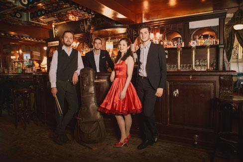 Bild: First Floor Quartet - Die vier jungen Musiker spielen Evergreens die jeder kennt und liebt und präsentieren diese mit viel Charme, Herz und Überzeugung.
