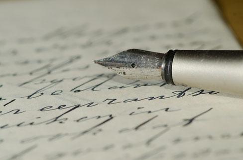 stylo plume sur une feuille de papier caligraphiée