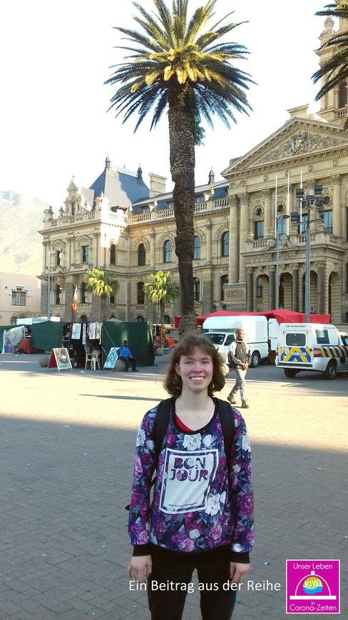 Anastasia Hansen vor dem alten Rathaus in Kapstadt