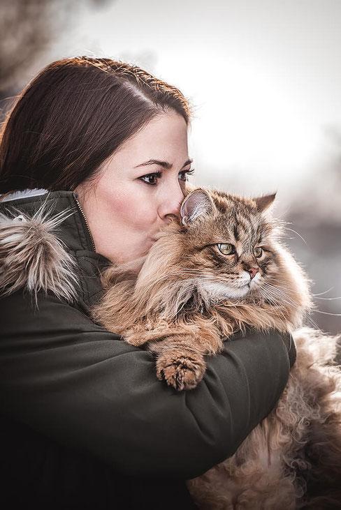 Mädchen mit Ihrer Tigerkatze auf dem Arm  fotografiert von der Hundefotografin Monkeyjolie in der Ostschweiz