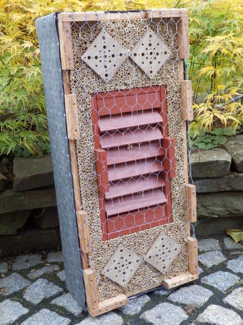 SO 2 ist vorrätig /  kombinierte Wildbienenbrutstätte u. Überwinterhilfe für Schmetterlinge, Marienkäfer sowie Florfliegen 74x33x18cm € 155,00  / verkauft