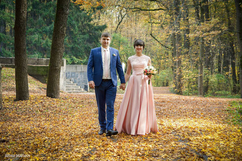 Свадебная пра прогуливается по лесной аллее