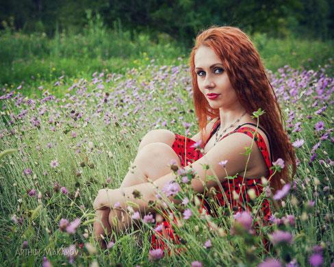 женский портрет на пленэре на фоне луговых цветов