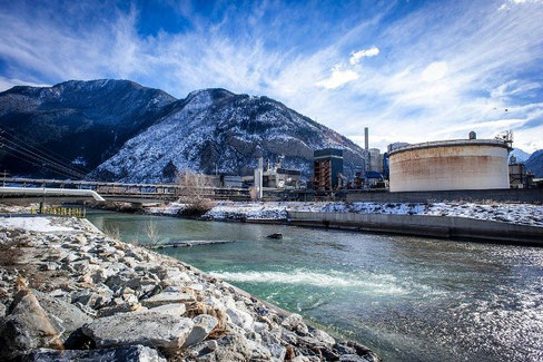 From swissinfo.ch (Keystone): Lonza plant and the river Rhone in the Valais canton in Switzerland. Tons of mercury were dumped into an evacuation channel between 1930 and 1973. The pollution was only discovered in 2010 during construction of a road.
