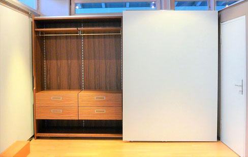 Flächenbündiger Gleitschiebetürenschrank, Hettich In Line XL, weiß und Nussaum furniert