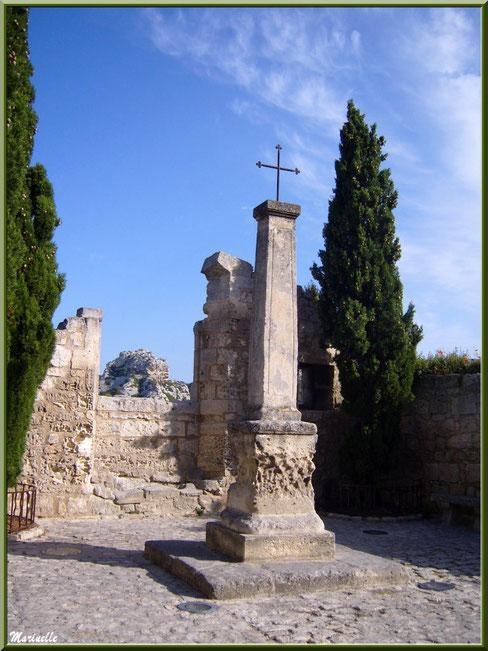 Croix à l'entrée du village (à droite, face à la Maison du Roy) avec vestige d'une fenêtre, Baux-de-Provence, Alpilles (13)