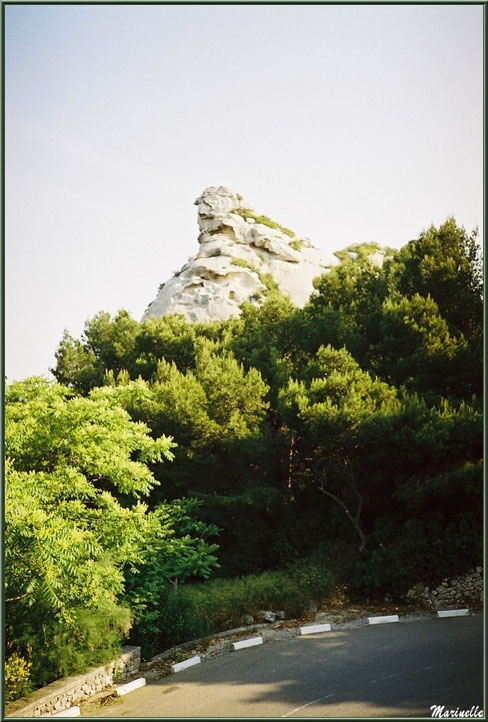 Le Val d'Enfer avec sa route sinueuse, ses rochers et sa garrigue, Baux-de-Provence, Alpille (13)