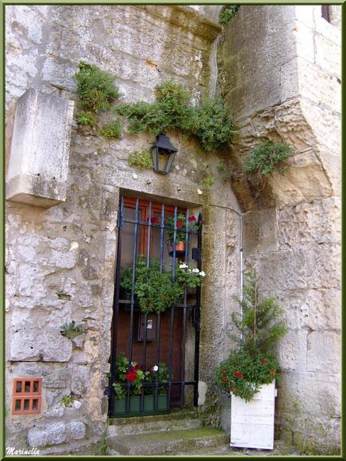 Habitation ancienne à l'entrée bien fleurie, Baux-de-Provence, Alpilles (13)