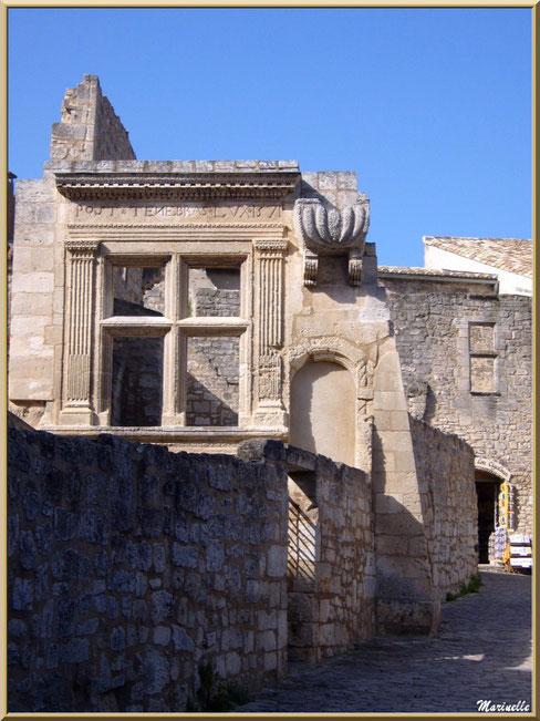 """Fenêtre renaissance """"POST TENEBRAS LUX 1571"""", Baux-de-Provence, Alpilles (13)"""