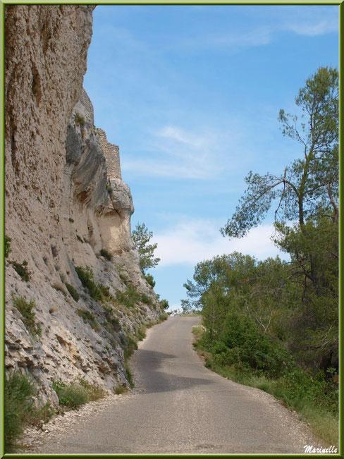 L'étroite route montant à la chapelle Notre Dame de Beauregard, village d'Orgon, entre Alpilles et Lubéron (13) : à gauche, les falaises et, à droite, la Vallée Heureuse