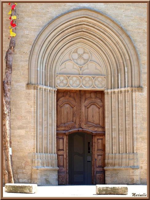 Eglise Notre Dame de Beaulieu, village de Cucuron, Lubéron (84) : porte d'entrée et son chapiteau