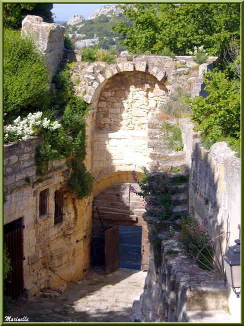 Porte d'Eyguières ou Porte de l'Eau, Baux-de-Provence, Alpilles (13) : côté intérieur avec le chemin calade