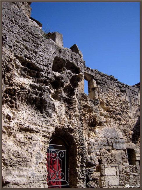 Habitation ancienne au rez-de-chassée habité mais à l'étage en ruine, Baux-de-Provence, Alpilles (13)