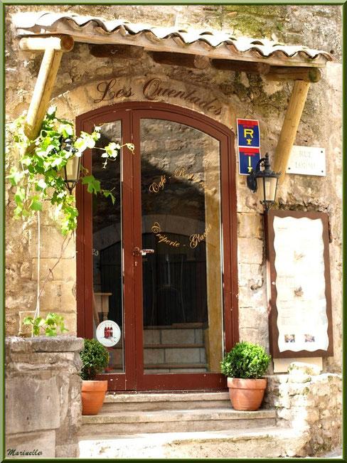 Entrée d'un restaurant-café- glacier-crêperie dans une ruelle, Baux-de-Provence, Alpilles (13)