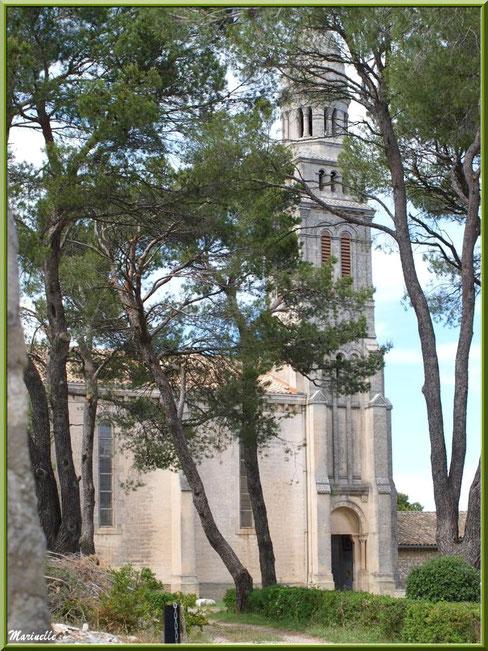 Chapelle Notre Dame de Beauregard, village d'Orgon, entre Alpilles et Lubéron (13) : le clocher et la porte d'entrée