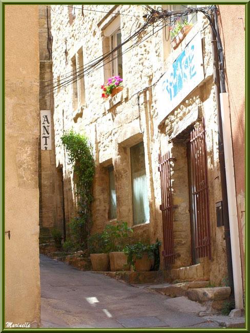 Vieille ruelle, village de Cucuron, Lubéron (84)