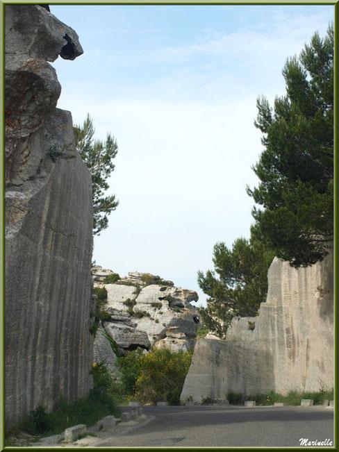 Le Val d'Enfer avec sa route taillée dans les rochers, Baux-de-Provence, Alpille (13)