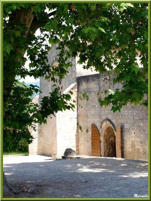 Extrémité de la façade principale de l'abbaye de Silvacane avec une porte de côté, Vallée de la Basse Durance (13)