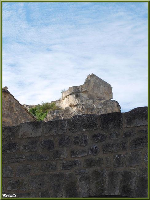 Vestiges au détour d'une ruelle, Baux-de-Provence, Alpilles (13)
