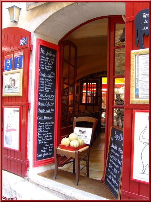 Devanture d'un restaurant dans une ruelle, Baux-de-Provence, Alpilles (13)