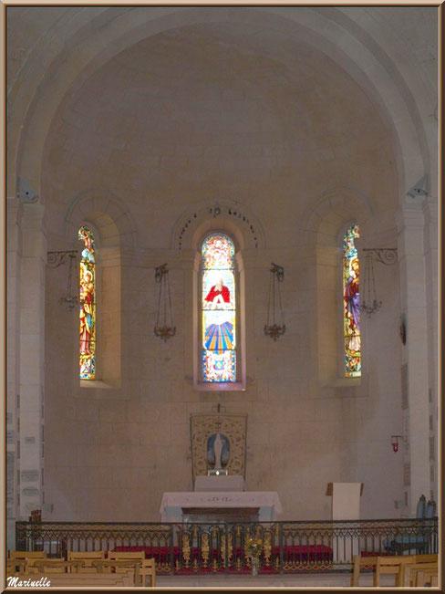 Chapelle Notre Dame de Beauregard, village d'Orgon, entre Alpilles et Lubéron (13) : l'autel et la nef