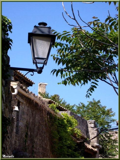Lanterne et verdure au détour d'une ruelle, Baux-de-Provence, Alpilles (13)