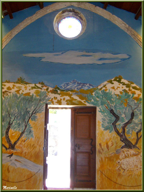 Chapelle des Pénitents-Blancs, Les Baux-de-Provence, Alpilles (13) : fresques murales d'Yves Brayer autour de la porte d'entrée