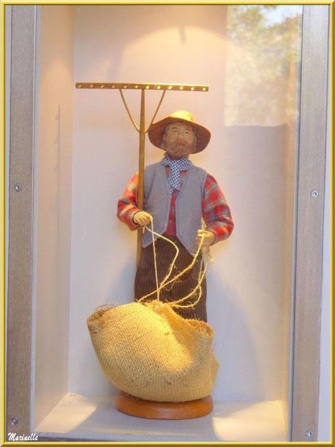 Musée des Santons, Baux-de-Provence, Apilles (13) : santon faneur au rateau