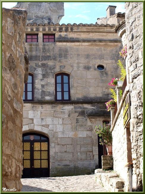 Ruelle et belles bâtisses restaurées, Baux-de-Provence, Alpilles (13)
