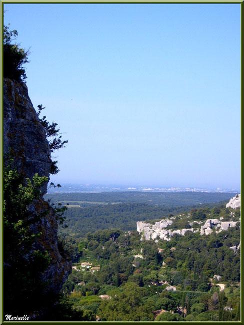 Vue panoramique sur les Alpilles, la vallée et le village en contrebas depuis la cité des Baux-de-Provence, Alpilles (13)